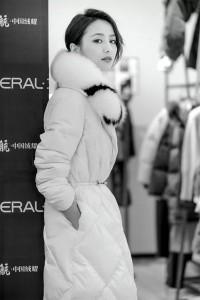 2 - 佟丽娅身着艾莱依18年施华洛世奇系列羽绒服