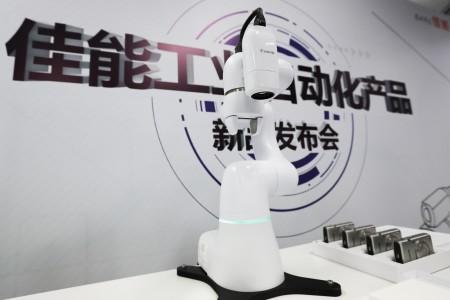 """""""佳能工业影像平台""""解决方案中包括配合机械手臂的工业摄像机N10-W02"""