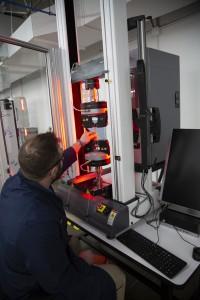 捷普材料创新中心人员测试工程材料强度