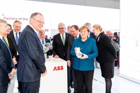 ABB集团首席执行官史毕福向德国总理默克尔和瑞典首相斯蒂凡·洛夫文介绍智能生产单元如何应用于未来工厂,实现人机协作